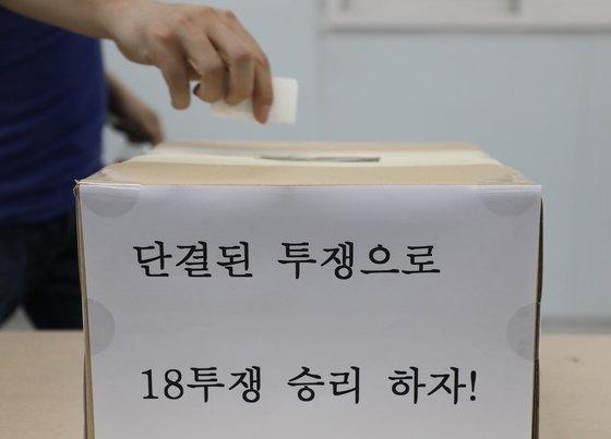 금속노조 현대자동차지부 조합원이 지난 2일 현대자동차 울산공장 1공장에 마련된 투표소에서 파업 찬반투표를 하고 있다. [뉴스1]