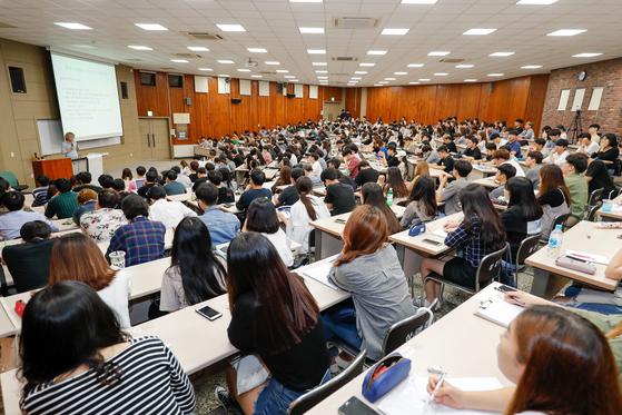 비수도권의 한 4년제 대학 강의실에에서 수업을 듣고 있는 대학생들. [중앙포토]