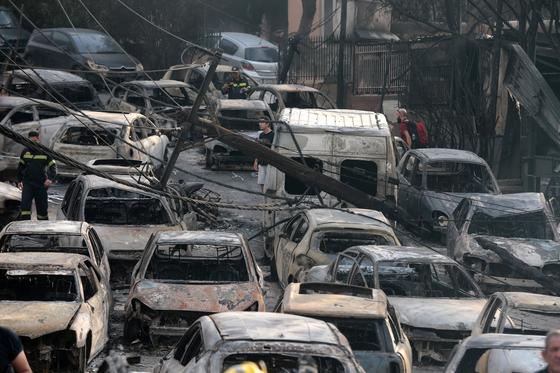 화재 현장에서 전소된 차량들. [EPA=연합뉴스]
