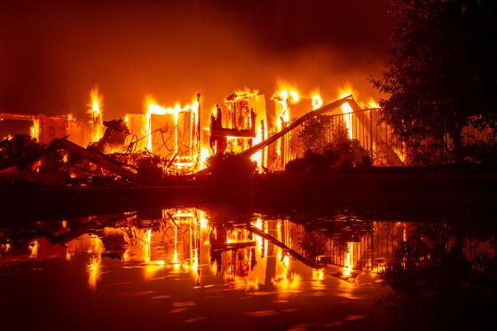 산불로 소방관 2명을 포함해 5명이 사망하고 3만7000여 명이 대피했다. [AFP=연합뉴스]