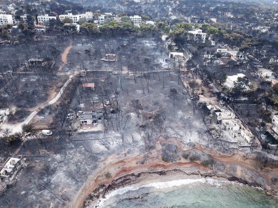 화재가 발생한 그리스 아테네 인근 해안도시 모습.[로이터=연합뉴스]