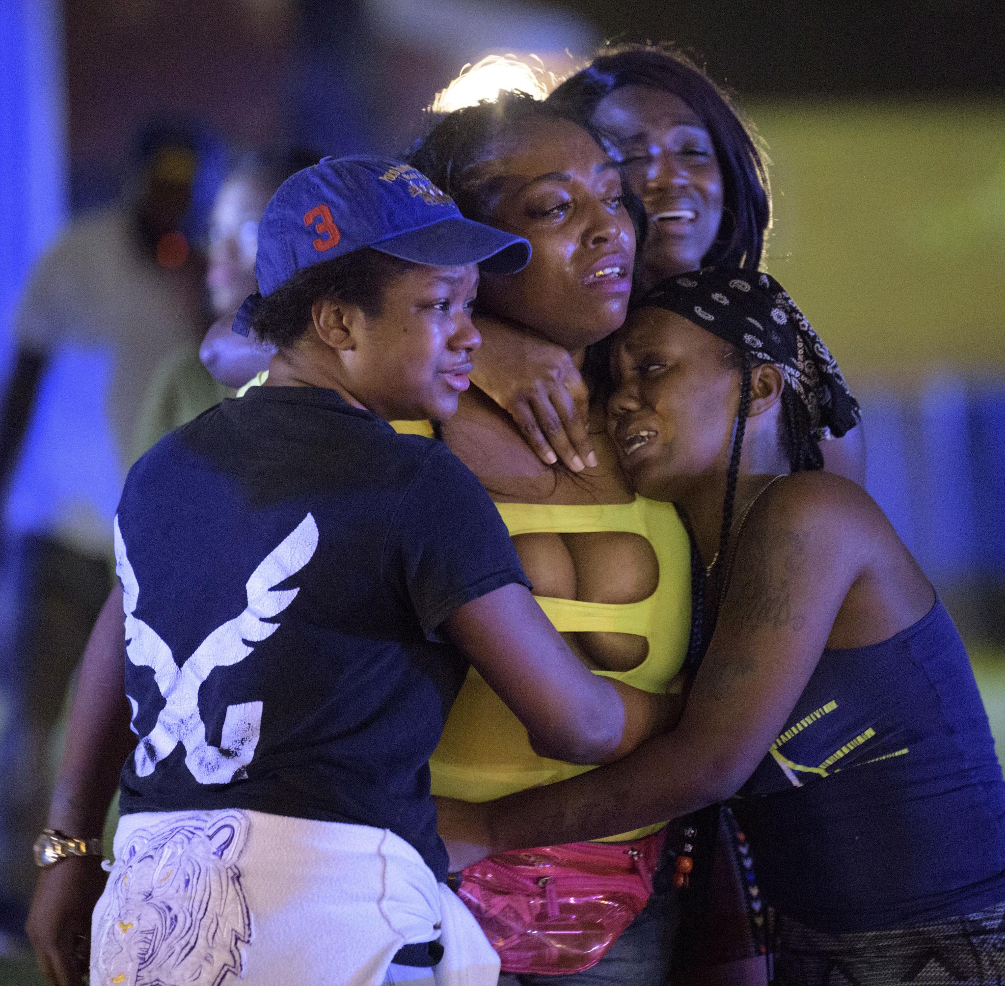28일(현지시간) 미국 남부 루이지애나주 뉴올리언스시에서 총기 난사 사건이 발생해 현장에 있던 사람들이 사고 현장을 바라보고 있다. [AP=연합뉴스]