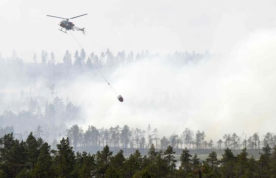 헬기를 이용한 진화작업이 진행되고 있다. [AFP=연합뉴스]
