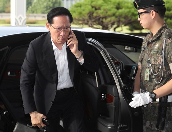 26일 오전 송영무 국방부 장관이 심각한 표정으로 전화를 받으며 서울 용산구 국방부 청사로 출근하고 있다.연합뉴스