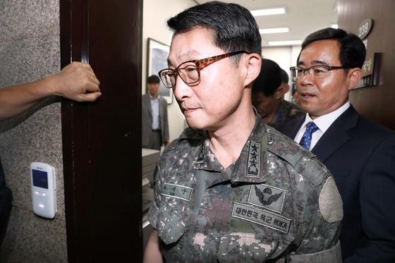 이석구 기무사령관이 1일 김성태 자유한국당 원내대표를 만난 뒤 대표실을 나서고 있다. [중앙포토]