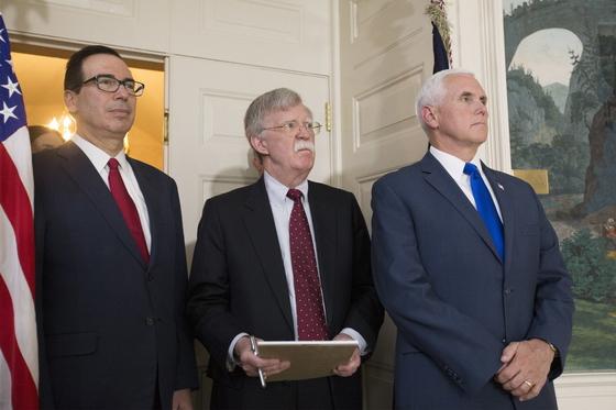 지난 5월 8일(현지시간) 도널드 트럼프 대통령이 백악관에서 이란 핵 합의 탈퇴를 발표하는 동안 이를 지켜보고 있는 스티븐 므누신 재무장관, 존 볼턴 백악관 국가안보보좌관, 마이크 펜스 부통령(왼쪽부터). [EPA=연합뉴스]