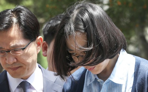 필리핀 출신 가사도우미를 불법으로 고용했다는 의혹을 받는 조현아 전 대한항공 부사장이 지난 5월 24일 조사를 받기 위해 법무부 산하 서울출입국외국인청으로 들어서고 있다.오종택 기자.