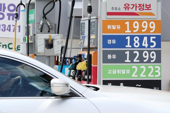 미국의 이란 제재에 따른 불안감 등으로 국제유가의 상승세가 이어지고 있는 가운데 지난 5일 오전 서울 시내의 한 주유소에서 휘발유가 리터당 1999원에 판매되고 있다. 전국 주간 평균 휘발유 가격은 5주째 연중 최고치를 경신했다.