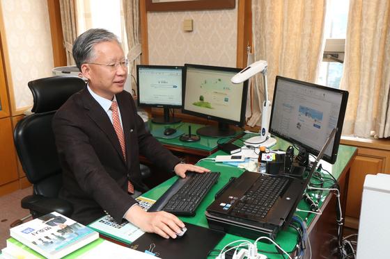 '에버노트'로 기록한 자료를 검색하고 있는 강 부장판사. [중앙DB]