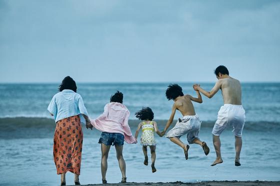 고레에다 히로카즈 감독의 영화 '어느 가족'의 한 장면. 히로카즈 감독은 사회 속 가족이 어떻게 존재할 수 있는지 고민했다. [사진 티캐스트]