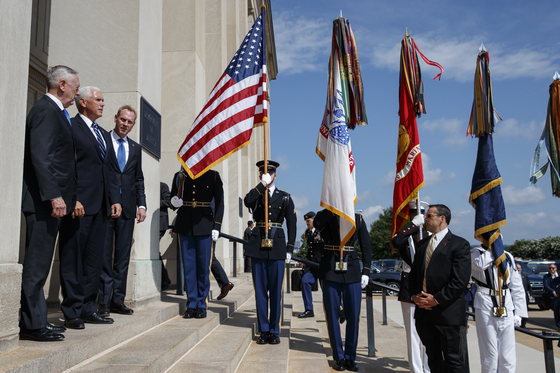Vice President Mike Pence, center, is greeted by Deputy Secretary of Defense Pat Shanahan, right, and Secretary of Defense Jim Mattis before speaking at an event on the creation of a United States Space Force, Thursday, Aug. 9, 2018, at the Pentagon. (AP Photo/Evan Vucci) (저작권자(c) 연합뉴스, 무단 전재-재배포 금지)
