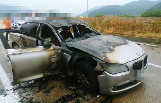 9일 오전 7시 50분께 경남 사천시 남해고속도로에서 A(44)씨가 몰던 BMW 730Ld에서 불이 났다. 불은 차체 전부를 태우고 수 분 만에 꺼졌다. [경남경찰청 제공]