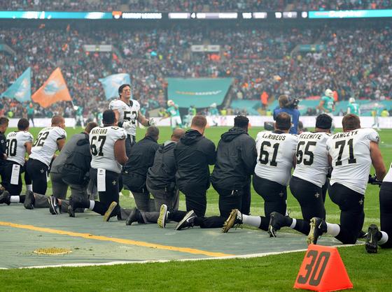 무릎 꿇기 시위를 하는 NFL 뉴올리언스 세인츠 풋볼선수들 [EPA=연합뉴스]
