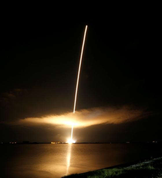 NASA의 태양탐사선 파커 솔라 프로브가 12일(현지시간), 플로리다 주 케네디 우주 센터에서 발사되고 있다. [연합뉴스]