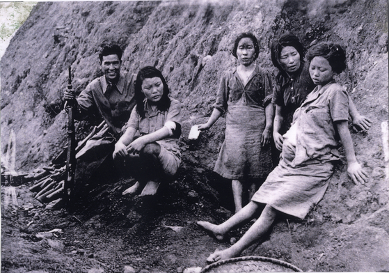 일본 패망 후 버려진 일본군 '위안부'들. 사진 속 임신한 여성은 박영심 할머니다. 2000년 일본군성노예전범여성국제법정의 원고로 참석, 사진 속 역사를 증명했지만 끝내 문제 해결을 보지 못한 채 2006년 생을 마감했다.
