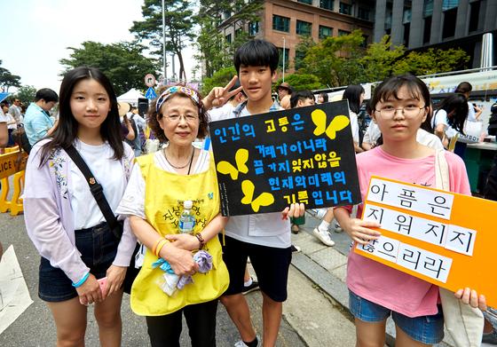 수요시위에는 청소년 참여가 많다. 이지연 학생기자(맨 오른쪽)가 십 년 넘게 봉사 중인 임계재 자원활동가(왼쪽에서 둘째)·오서진(맨 왼쪽)·송송훈(부천 부인중 3) 학생과 함께했다.