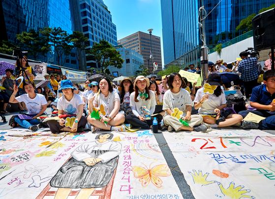 매주 수요일 서울 종로구 주한 일본대사관 앞 '평화로'에는 폭염 등에도 아랑곳하지 않고 시민들이 모인다.