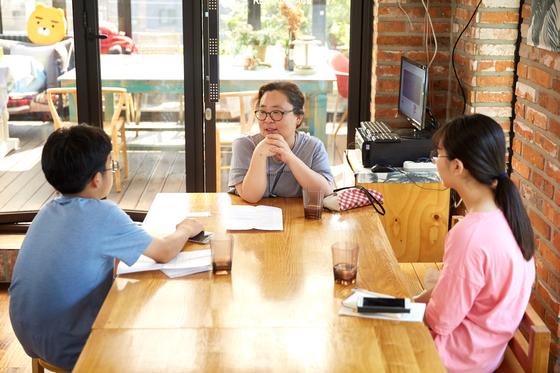 일본군 '위안부' 문제를 자세히 알아보기 위해 김동희 전쟁과여성인권박물관장(가운데)을 인터뷰한 김승직(왼쪽)·이지연 학생기자.