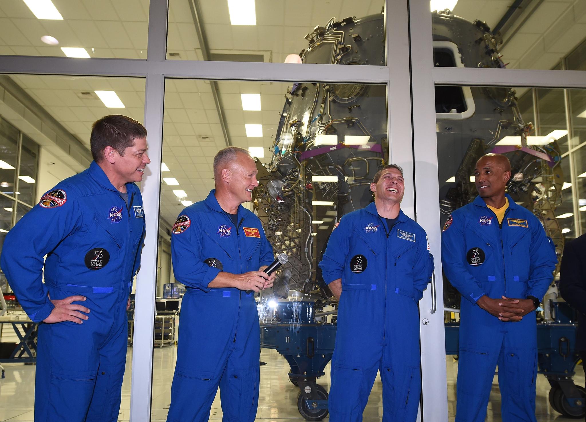크루 드래곤을 시험 비행할 나사 우주비행사들. 왼쪽부터 밥 벤켄, 더글라스 헐리, 마이크 홉킨스, 빅터 글로버. 이들은 내년 4월 첫 비행 임무를 할 예정이다. [AFP=연합뉴스]