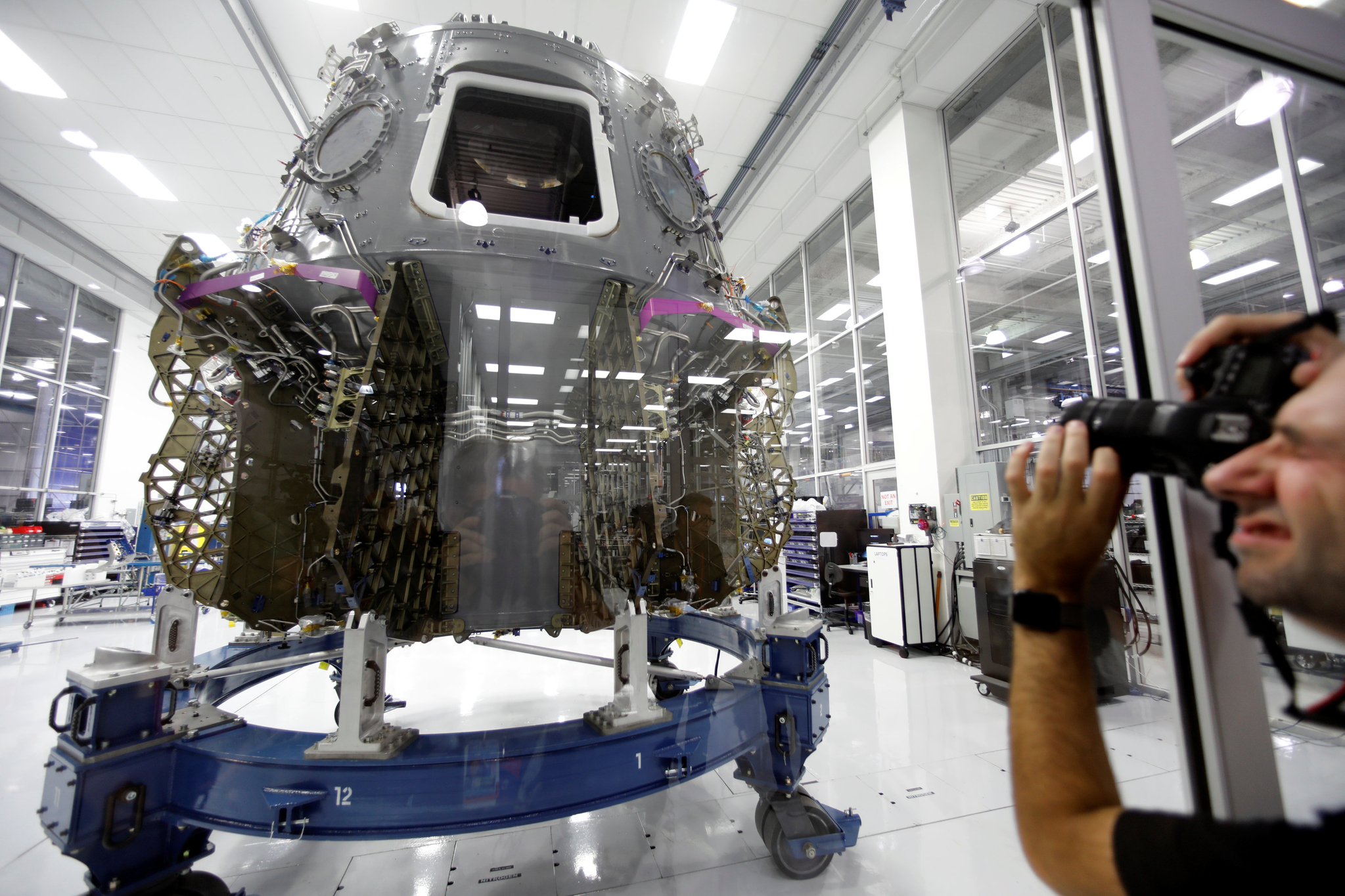 로켓 공장에서 제작중인 크루 드래곤. [로이터=연합뉴스]