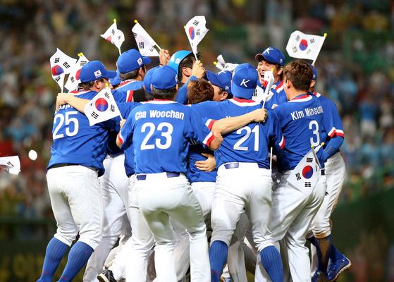 2014 인천 아시안게임 결승에서 대만에 6-3 역전승을 거두고 금메달을 따낸 야구 대표팀.