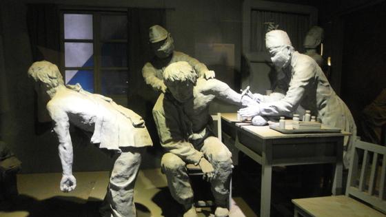 중국 헤이룽장 하얼빈시 일본군 731부대 유적지에 전시된 일본군의 생체 실험 모습. [중앙포토]