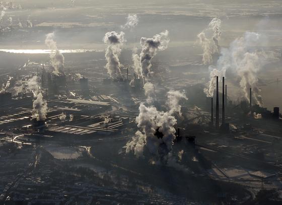 해양열파의 주된 발생 원인은 인간에 의한 지구 온난화로 나타났다. 연구진은 산업화 이전에 비해 지구 대기 온도가 1.5도 이상 증가했고 이에 따라 관측 기간 동안 해양열파 발생이 산업화 이전 시대에 비해 2배나 증가했다고 밝혔다. 사진은 2009년 1 월 9일 독일 뒤스부르크의 공장지대. [AP=연합뉴스]