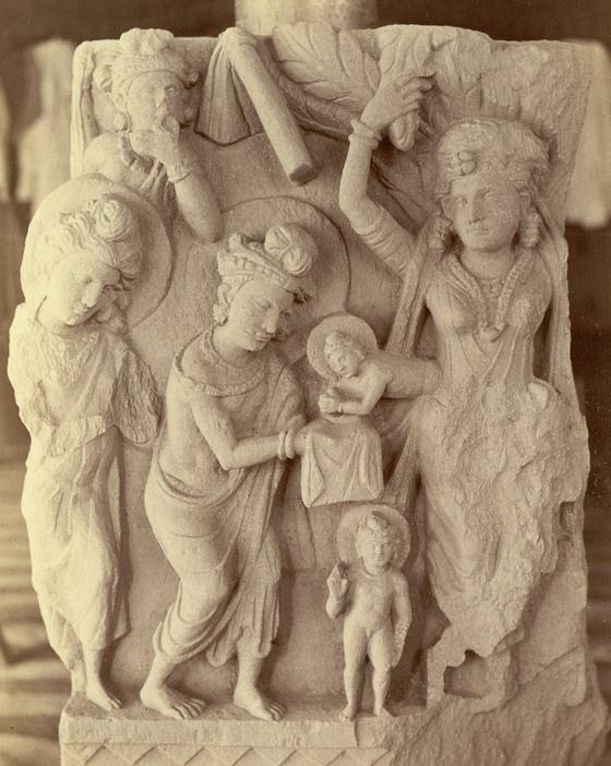 싯다르타 왕자의 출생 일화를 새긴 조각 작품. 마야 부인의 옆구리로 태어난 싯다르타가 걸음을 걷고 있다. [중앙포토]