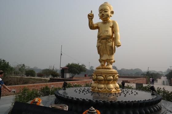 인도 룸비니 동산에 세워져 있는 아기 붓다의 동상. 한 손은 하늘, 한 손을 땅을 가리키고 있다. 백성호 기자