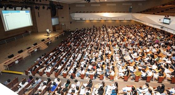 지난달 15일 서울 삼육대에서 열린 2019학년도 전국 적성고사 대학 연합 입시 설명회에 모인 학부모와 학생들이 설명을 듣고 있다. [뉴스1]