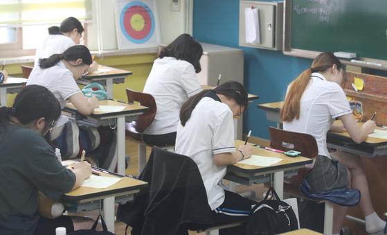 지난 6월 서울 여의도여고에서 고3 수험생들이 2019학년도 대학수학능력시험 6월 모의평가 시험을 치르고 있다. [연합뉴스]