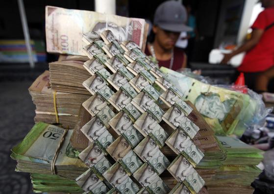 종이접기 공예 재료가 된 베네수엘라 지폐 볼리바르화. [AP=연합뉴스]