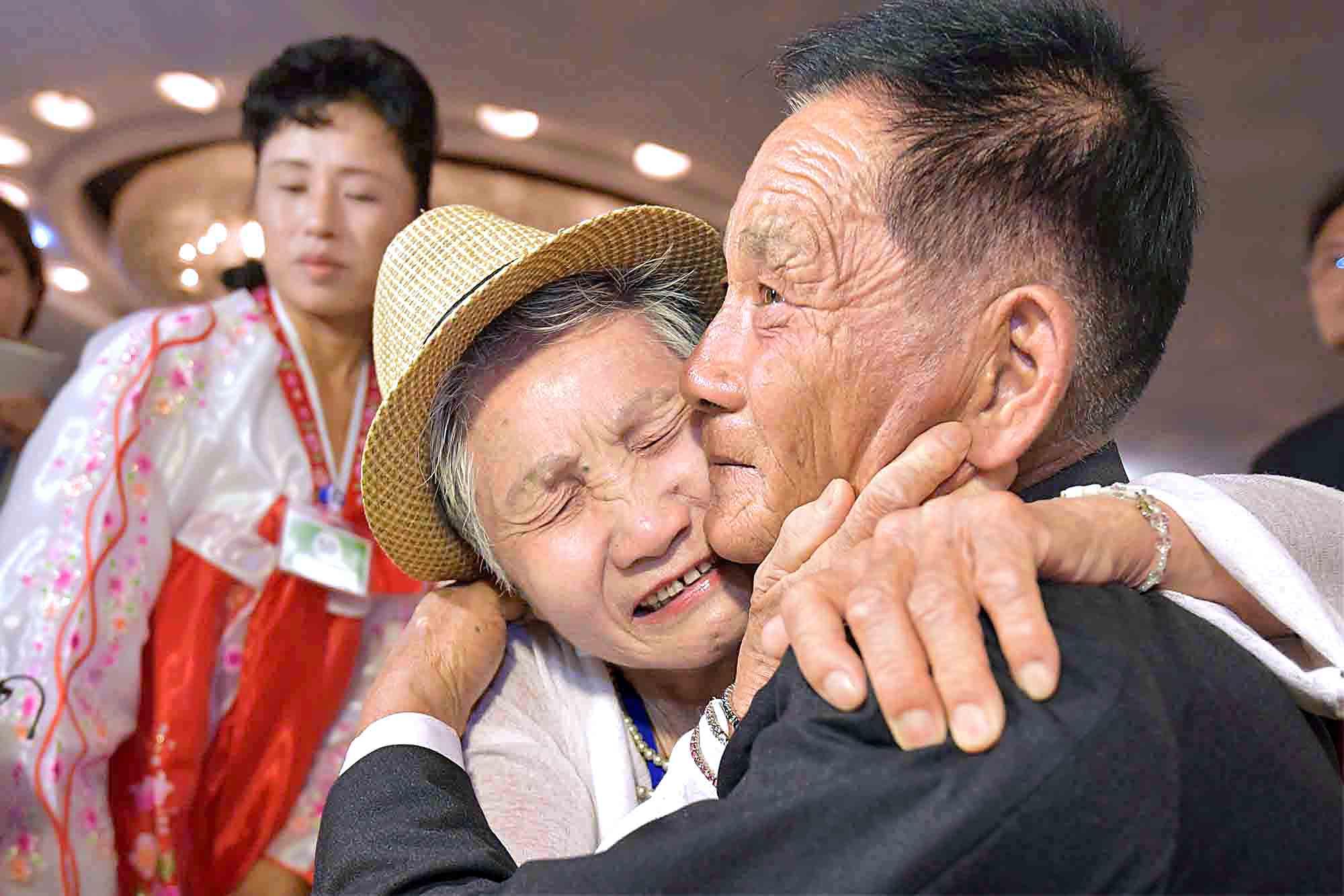 20일 금강산호텔에서 열린 제21차 남북 이산가족 단체상봉 행사에서 남측 이금섬(92) 할머니가 아들 리상철(71)을 만나 기뻐하고 있다. 사진공동취재단