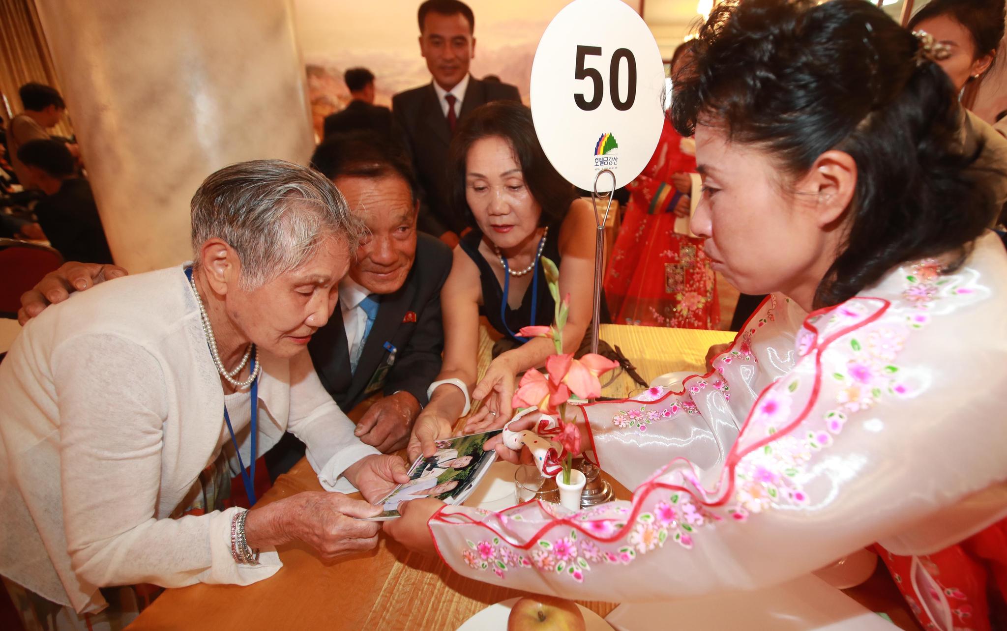 남측 이금섬(92) 할머니가 북측에서 온 손자며느리 김옥희(34)씨의 가족사진을 보고 있다.사진공동취재단