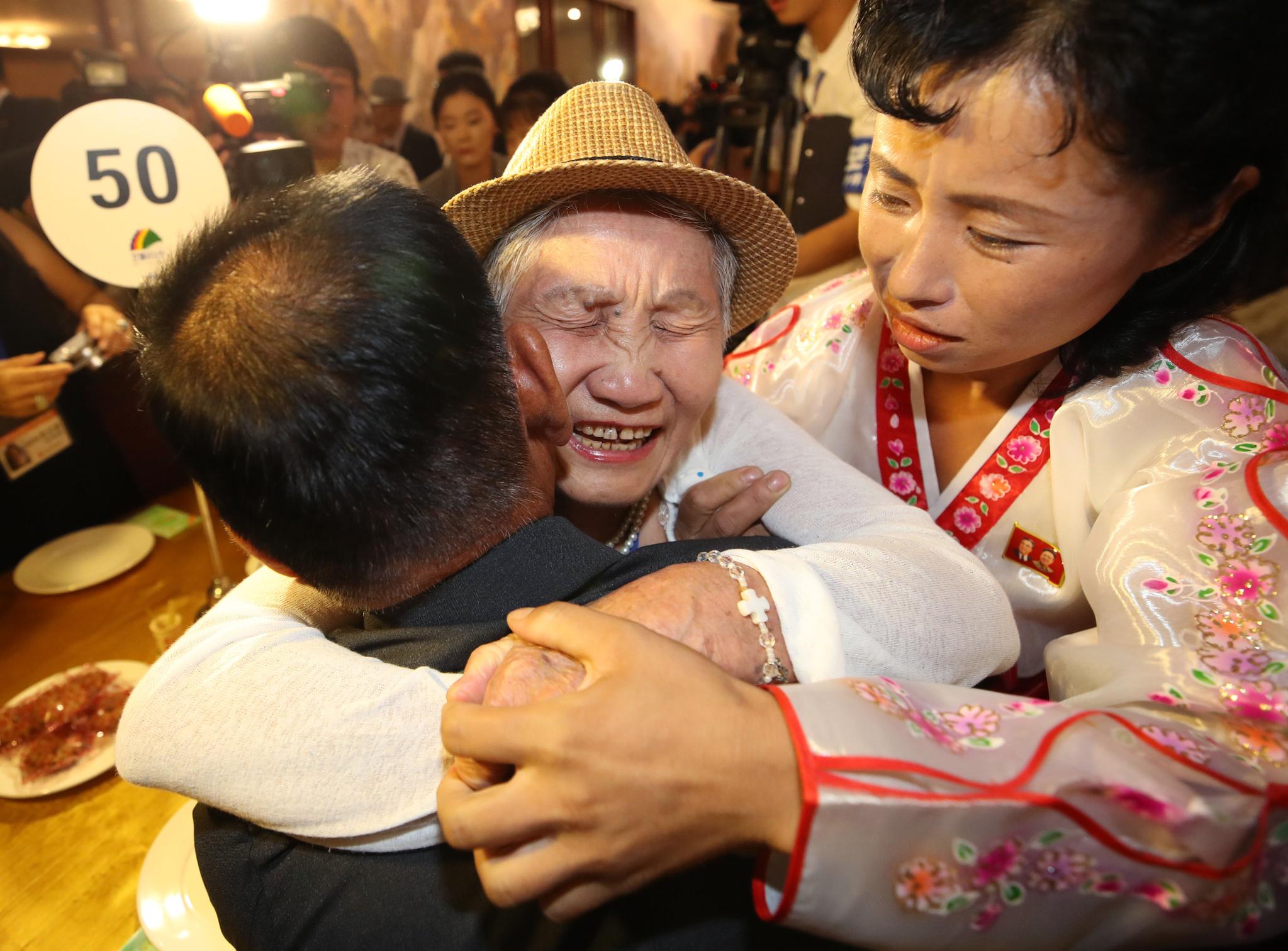 20일 금강산호텔에서 열린 제21차 남북 이산가족 단체상봉 행사에서 남측 이금섬(92) 할머니가 북측 아들 리상철 씨와 만나 오열하고 있다. [뉴스통신취재단]