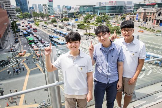 '버스 내 안전을 높이자'는 학교 밖 문제로 앙트십 프로젝트를 진행한 한형섭·이민영·장재성(서울 배문고 3·왼쪽부터) 학생.