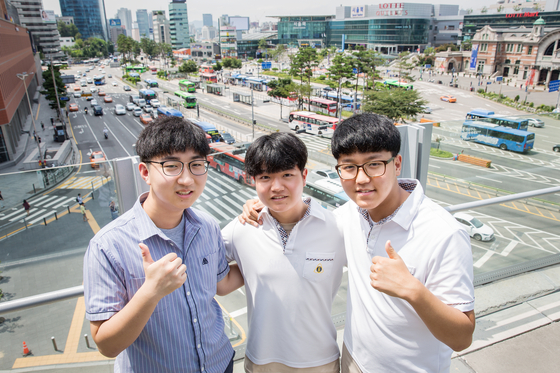 이민영·한형섭·장재성(서울 배문고 3·왼쪽부터) 학생은 2017년 앙트십 프로젝트에서 유니버스팀을 꾸리고 '버스 내 안전을 높이자'는 학교 밖 문제에 주목했다.