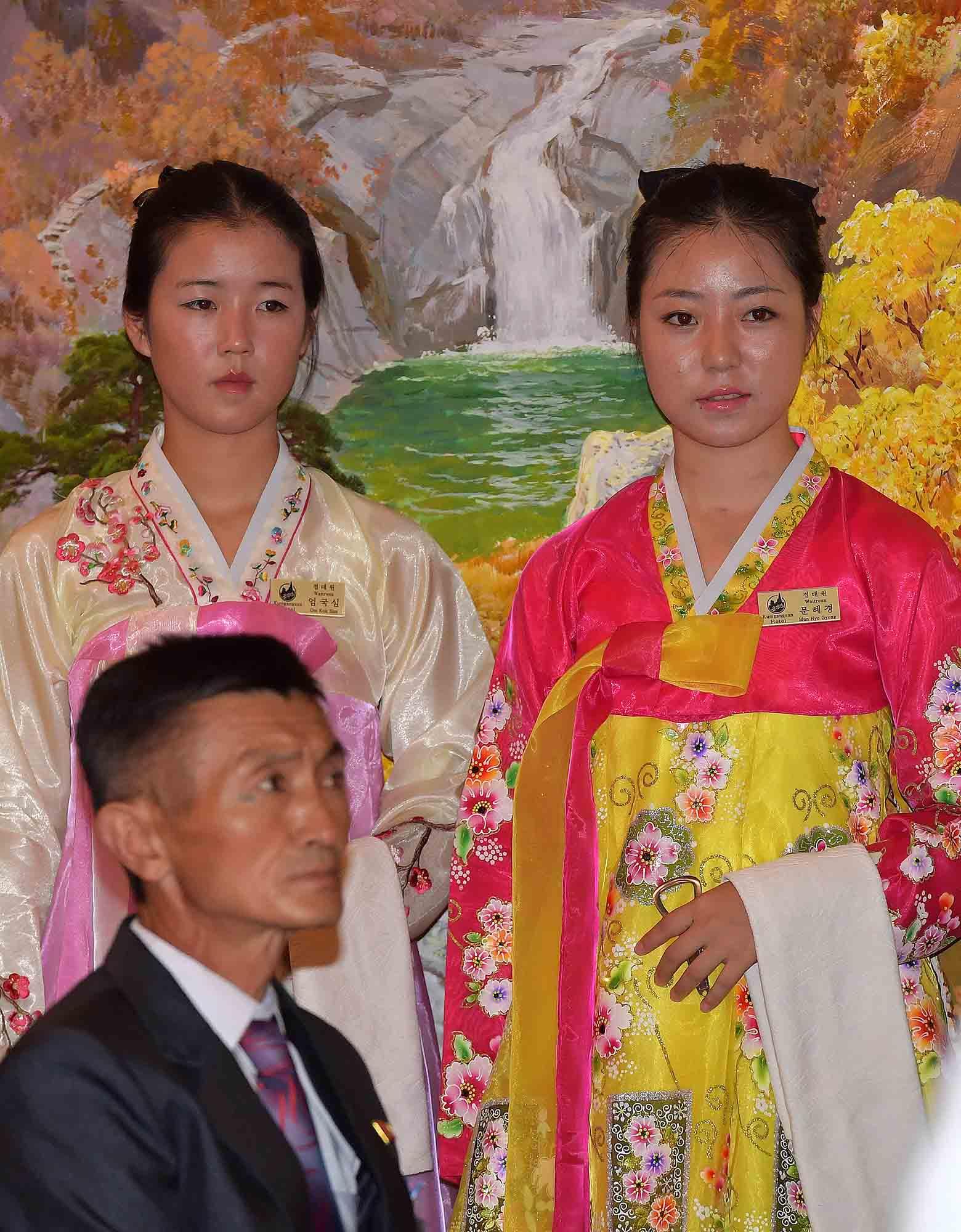 20일 금강산호텔에서 열린 제21차 남북 이산가족 단체상봉 행사에서 북측 봉사원들이 남측 상봉단을 기다리고 있다.사진공동취재단