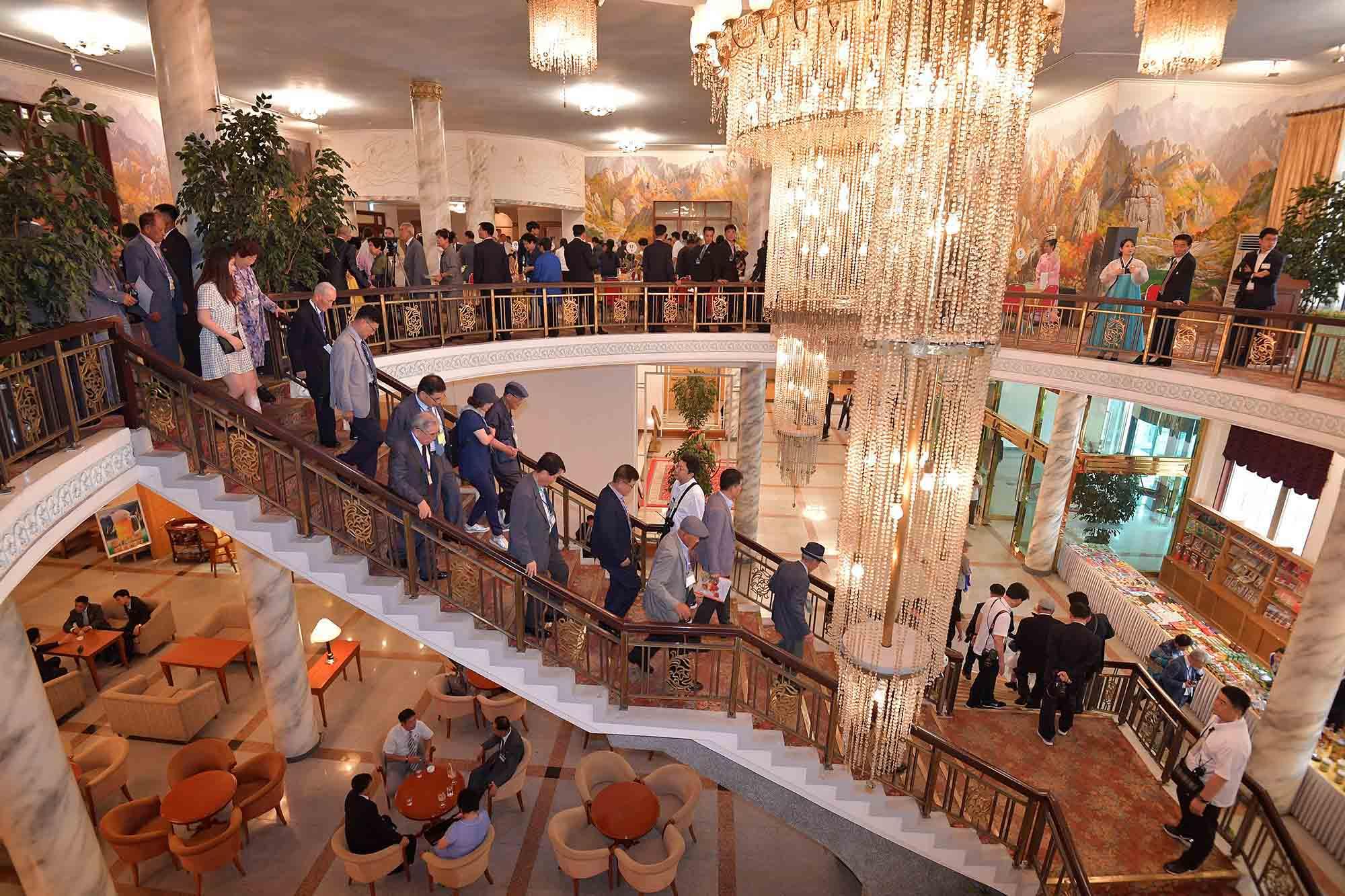 20일 금강산호텔에서 열린 제21차 남북 이산가족 단체상봉 행사를 마친 남측 상봉단이 숙소로 돌아가고 있다. 사진공동취재단