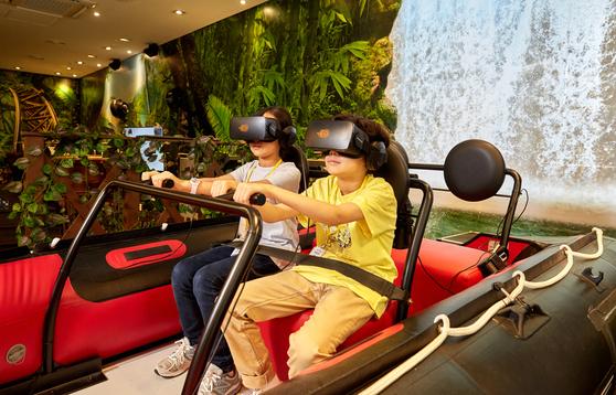 홍아랑(왼쪽)·양유찬 학생기자가 VR 정글 래프팅 탐험에 나섰다.