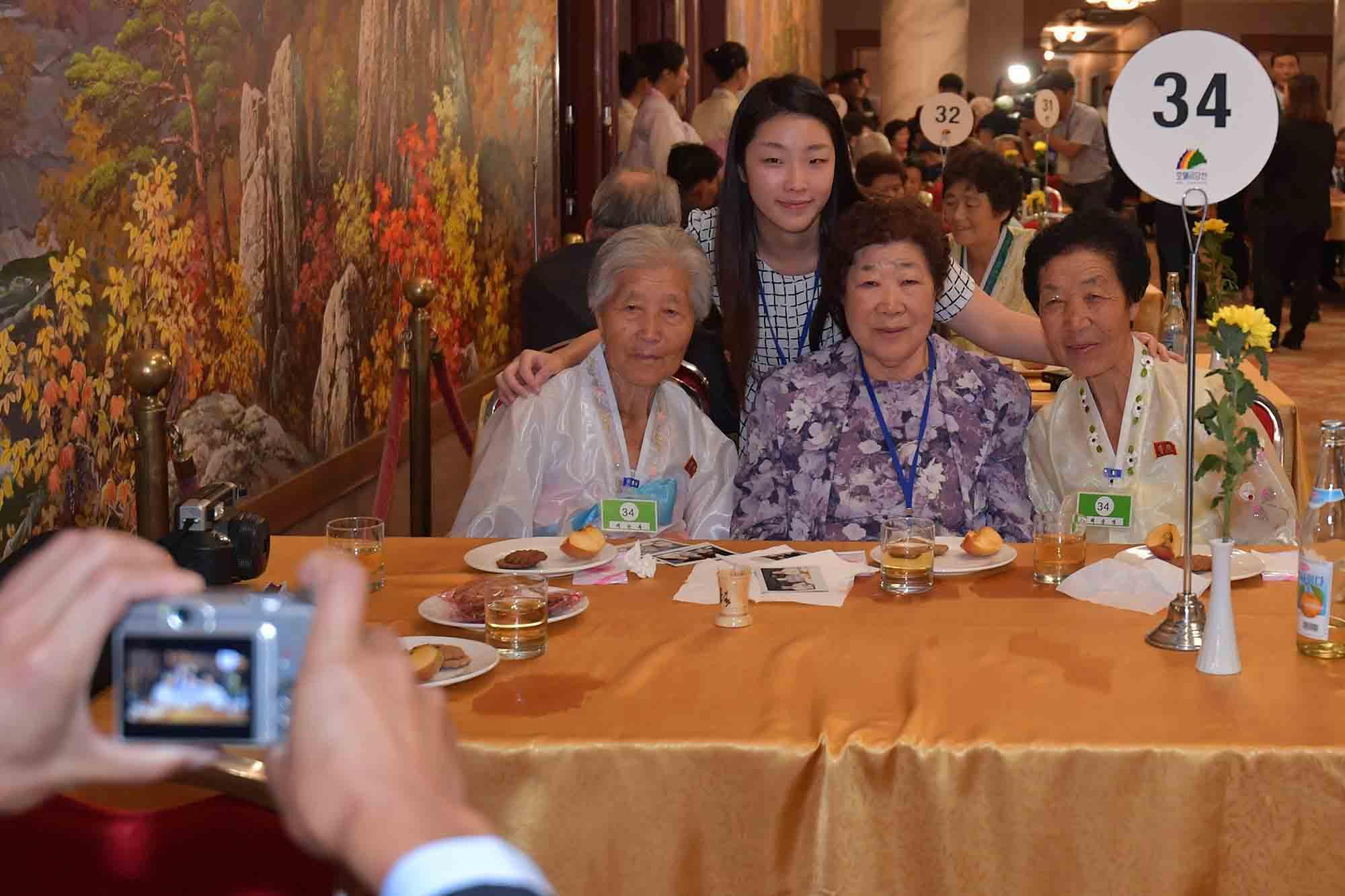 배순희(82) 할머니가 북측 언니 배순복(87)과 동생 배순영(75)을 만나 기념 촬영을 하고 있다.사진공동취재단