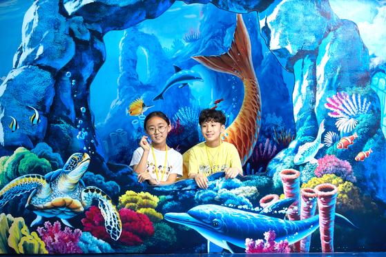 홍아랑(왼쪽)·양유찬 학생기자가 바닷속 주인공이 됐다.