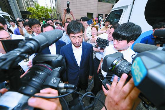 안희정 전 충남지사가 14일 오전 서울서부지법에서 열린 성폭력 혐의 재판 1심에서 무죄를 선고받은 후 법원 청사를 나서고 있다. 변선구 기자