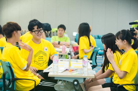 창덕여중 팀과 한서고 팀 참가자들은 '배려와 협력'이라는 주제로 대화를 나눴다.