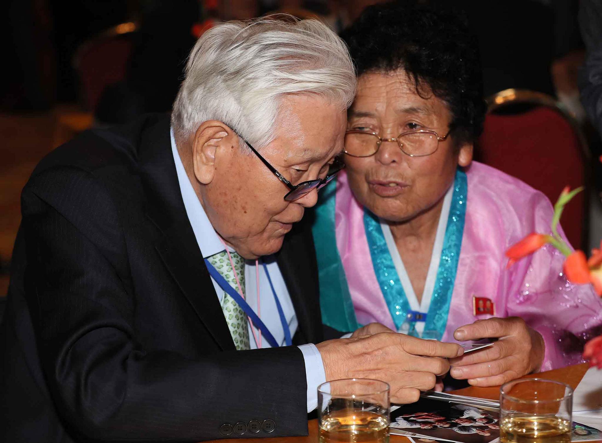 20일 오후 금강산호텔에서 열린 단체상봉에서 유관식(89) 할아버지가 북측의 딸 유연옥(67)과 사진을 보고 있다. . [뉴스통신취재단]