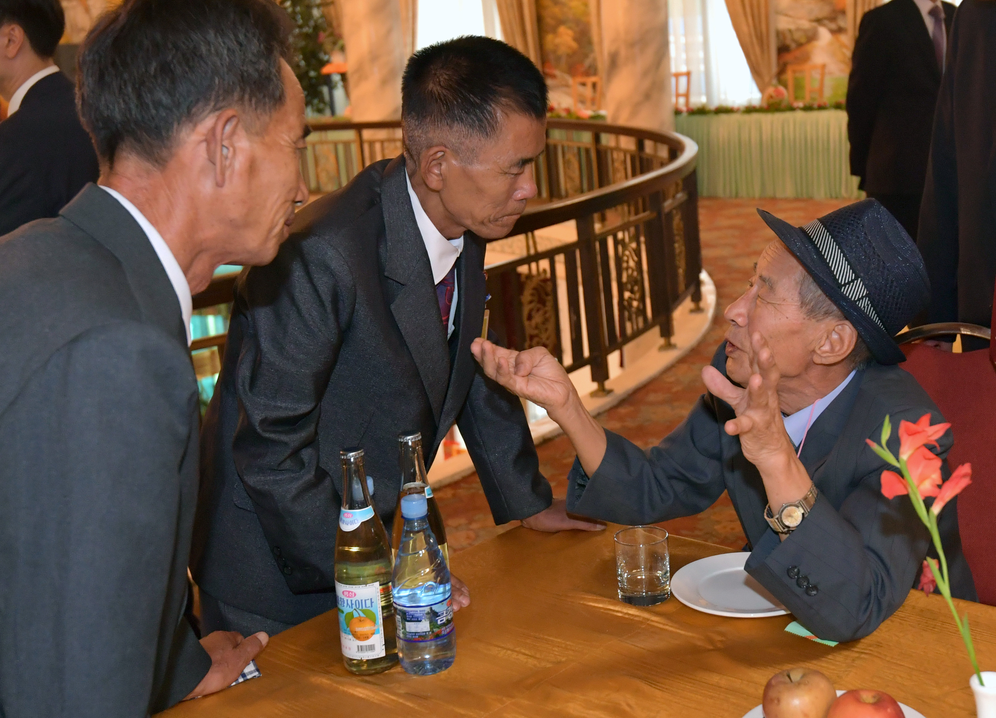 20일 오후 강원도 고성군 금강산호텔에서 양경용 할아버지가 조카들을 만나 대화하고 있다.사진공동취재단