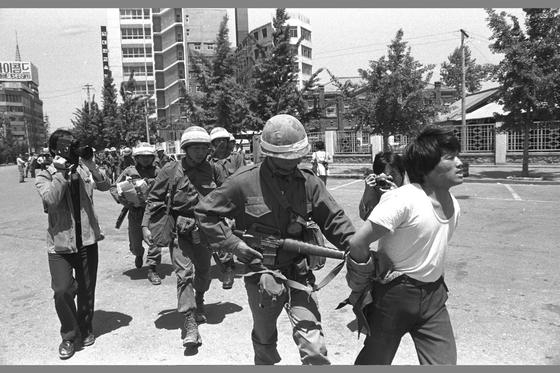 5·18 민주화운동 당시 계엄군에 의해 끌려가는 광주시민. [중앙포토]