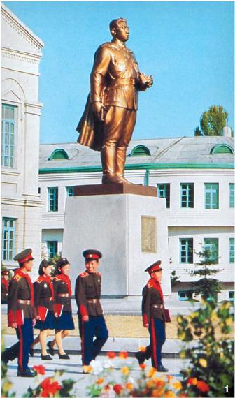 1 1948년 만경대혁명학원을 건립하면서 최초로 세운 김일성 동상. [사진 화보집 만경대]