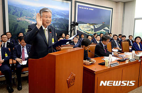 [2016국감]증인선서하는 이중근 부영그룹 회장