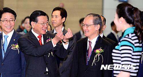 박삼구 금호아시아나그룹 회장, 승무원에게 보내는 하트